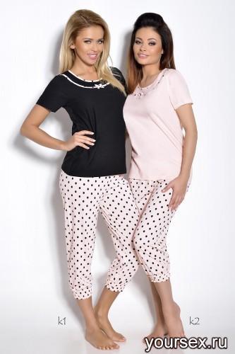 Черная футболка и персиковые капри Ismena M