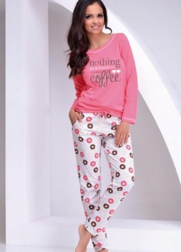 Розовая футболка с длинным рукавом и белые штаны Sara M